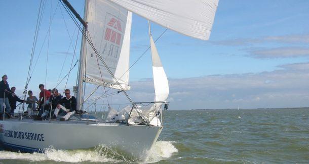 Zeilen op echte racers Leeuwarden Bedrijfsuitje Water